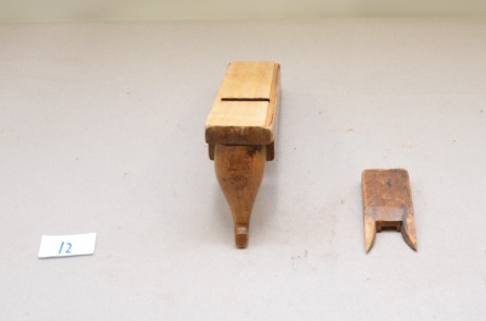 12: Falshøvel med horn. L:265 H: 46 B:65 Vinkel i seng: 45 grader. Material: Bjørk.