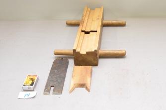 14. Skottplog. L: 340 H: 73 B:83 Vinkel i seng: 45 grader. Material: Bjørk Stål: Smidd og laminert. Bredde: 57mm Slipevinkel 34 grader.