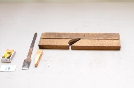 17. Semshøvel. L: 33,4cm H:75 B: 32: Vinkel: 46 grader. Material: liknar på Mahogny. Stål: laminert og smidd. Slipevinkel 39 grader.