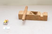 21.Skottfalsokse. L: 283 H:65 B: 67 Vinkel i seng: 45 grader. Material: Bjørk.