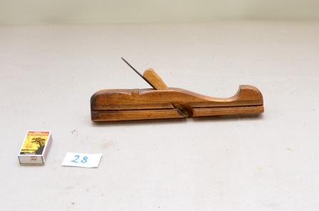 28. Profilhøvel. L:275 H:50 B:26 Merk: A.F.S.A. 1820. Vinkel i seng: 44 grader. Material: Truleg fruktre. Stål: Smidd og laminert.
