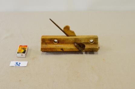 32. Fjørhøvel L: 227 H:68 B:35 Vinkel i seng: 45 grader. Material: Bjørk.