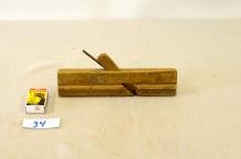 34. Profilhøvel L:227 H:53 B:22 Vinkel i seng: 44 grader. Material: Bjørk.