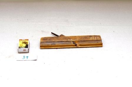 39. Profilhøvel. L:217 H:52 B:17 Vinkel i seng: 45 Material: Bjørk. Merk: Ole Ellingsen Talgoe 1818