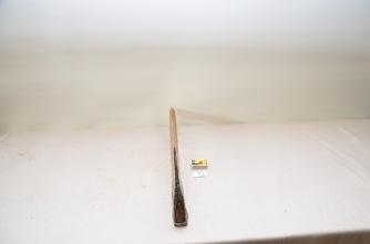 52. Øks. 3,3 kg. Merk: Nils Snekvik. Egglengde: 177. Lengde med skaft: 60,5cm. Slipevinkel: 32 grader.