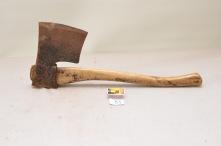 53. Øks. 3,2kg. Egglengde: 165mm lengde med skaft: 60cm Mat: Bjørk. Slipevinkel: 34 grader.